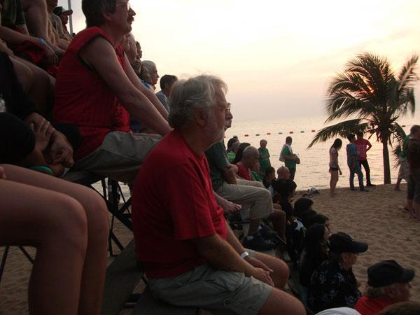 Die Passivaktivität des Alters. Ein Fußballturnier am Beach.