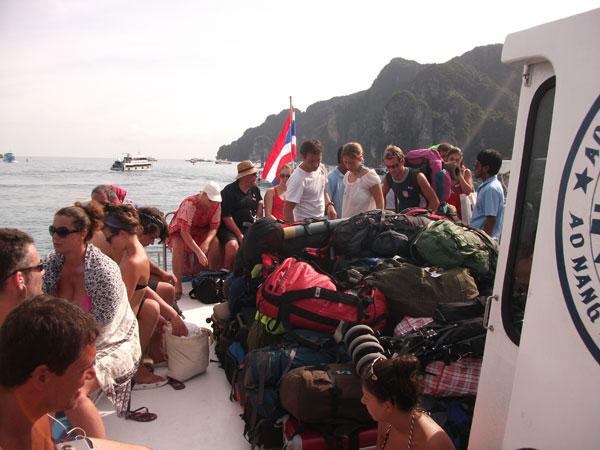 Ein Berg an Rucksäcken, bereit für die Ausschiffung in Railay