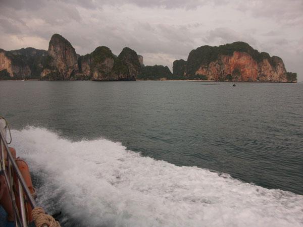 Das Fährboot rast auf die Felsformation Railay zu