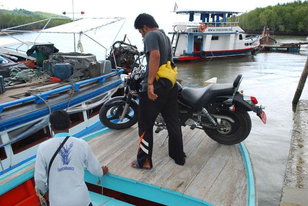 Das Motorrad ist an Bord