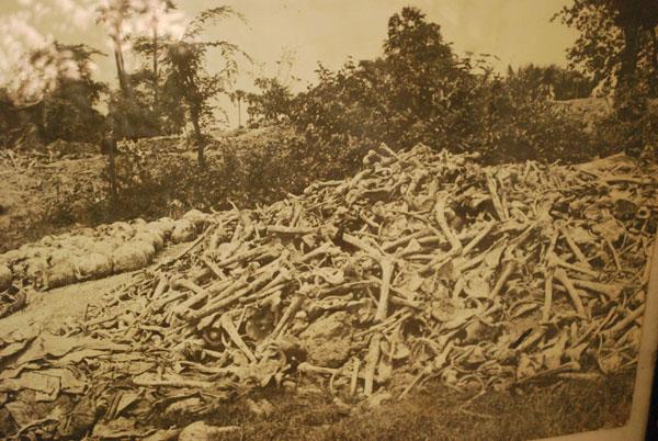 Unbescheibliches fand auf den Killing Fields statt. Berge von Knochen fanden die Vietnamesen damals vor. Noch heute sind die Reste nicht geborgen.