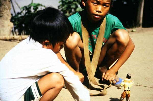 Kinder spielen immer, überall und mit allem. Das kann gefährlich werden in Laos