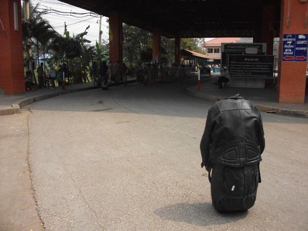 Die Reise einer Lederjacke durch Kambodscha