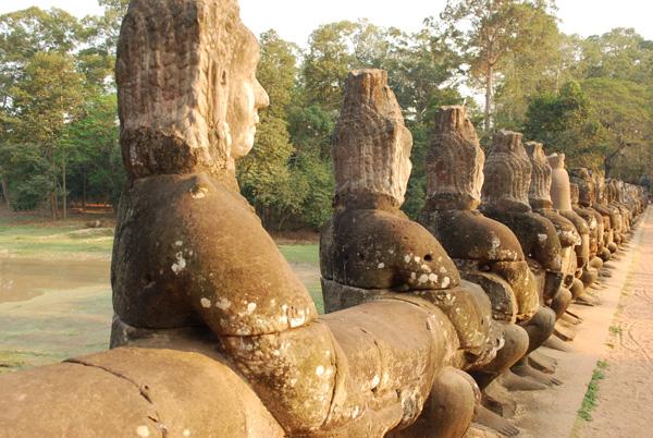 Viele Steinmetze arbeiten heute in Siem Reap an den Reskonstruktionen