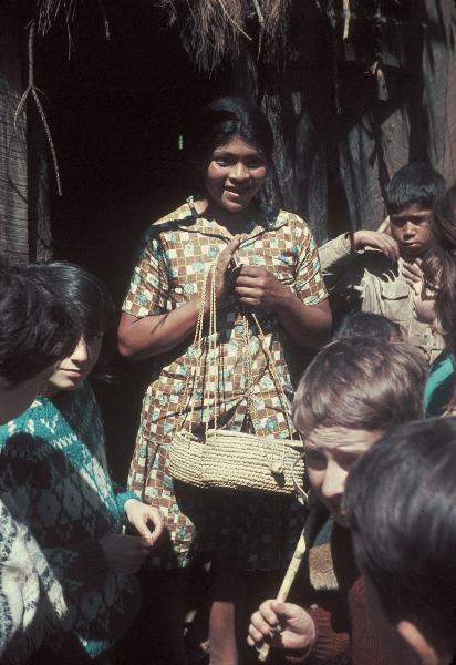 Mapuche. Frau mit geflochtenen Körben