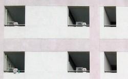 Zimmer mit Klimaanlage und nach hinten versetzten Fenstern.