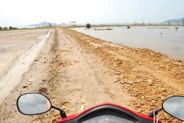 Kambodscha. Salzfelder bis zum Horizont.