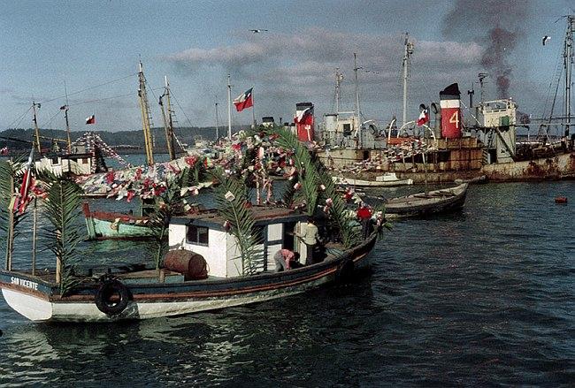 Fischerboote bei einer Zeremonie