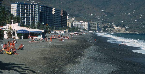 Steiniger Strand und karge Landschaft