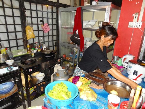 Kambodschanerin in ihrer Küche
