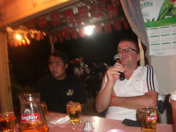 Gleich geht es los ... Karaokesänger in einer kambodschanischen Bar
