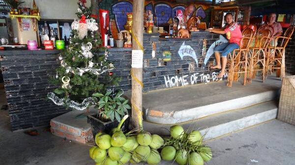 Weihnachtsdeko über Kokosnüssen