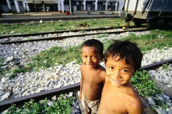 Kinder auf den Gleisen
