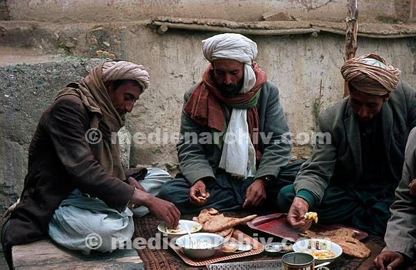 1968. Afghanistan. Männer beim Essen