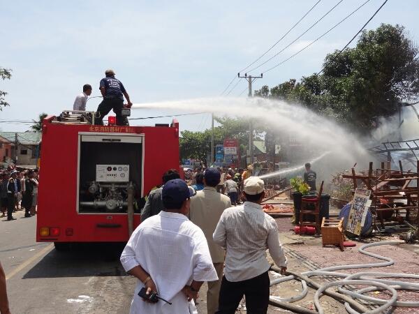 Endlich ist die Feuerwehr da. Ein Löschfahrzeug gegen die Flammen.