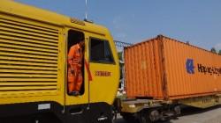 Zug mit Containern.