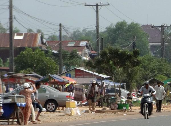 Kambodscha. Verkaufsstände und Müll am Straßenrand
